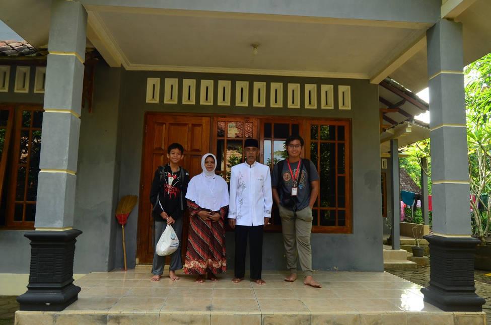 Foto bersama dengan orang tua asuh Pak Sasmudi dan Bu Rubinga