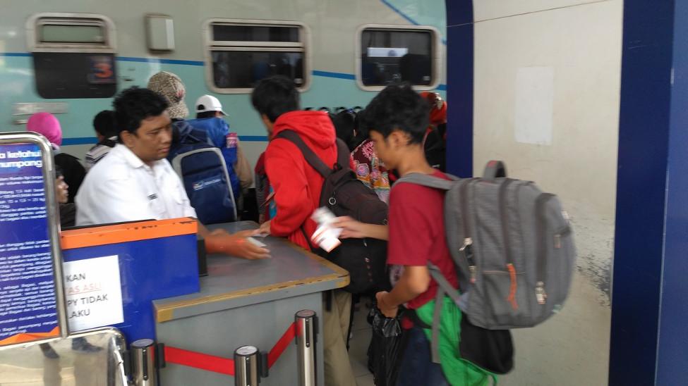 Berjalan menuju kereta tujuan Stasiun Senen, Jakarta